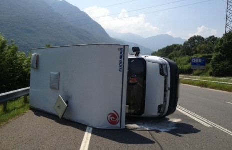 Campomarino Incidente In A14 Camper Si Ribalta Al Suo