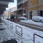 Neve caduta ovunque in abbondanza. Strade, tetti e auto coperti da un morbido manto bianco […]