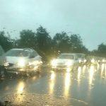Ore 20. Sono ferme da quasi un'ora, sotto la pioggia incessante, diverse auto che attendono […]