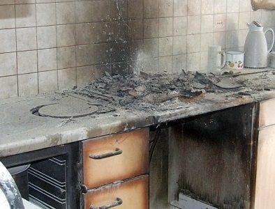 esplode bombola del gas in una cucina rustica due feriti ricoverati con gravi ustioni sul posto quattro squadre dei vigili del fuoco e il 118