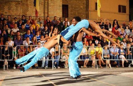 Share: Musicisti, acrobati, giocolieri, professionisti dell'arte teatrale e di tante discipline dello spettacolo di strada […]