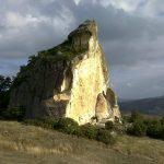 Pietra Martino è un monolite spettacolare che si erge isolato nei campi nel territorio di […]