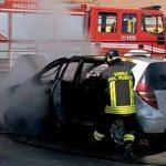Un'auto, Mercedes Classe A di colore grigio, ha preso fuoco mentre il proprietario era ancora […]